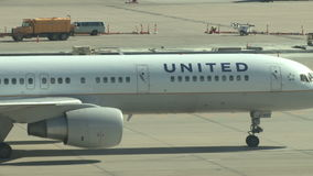 Flygplanstråle som åker taxi till porten stock video