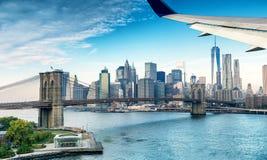 Flygplanvinge över New York City horisont Arkivfoto