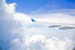 Flygplanvinge i blå himmel Royaltyfri Fotografi