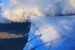 Flygplanvinge i flyg Arkivfoton