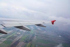 Flygplanvinge i luften Arkivbilder