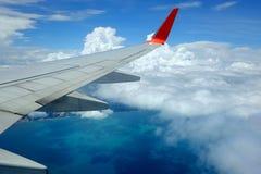 Flygplanvinge i luften Royaltyfri Bild