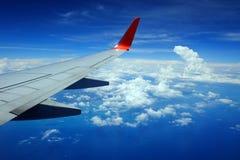 Flygplanvinge i luften Royaltyfri Foto