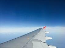 Flygplanvinge med bakgrund för blå himmel Royaltyfri Fotografi