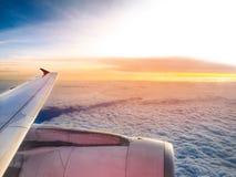 Flygplanvinge med himmel och molnet Royaltyfria Foton