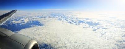 Flygplanvinge med motorn i himmel Fotografering för Bildbyråer