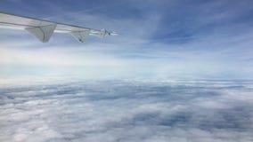Flygplanvinge och en sikt för blå himmel från en nivå stock video