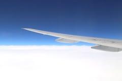 Flygplanvinge ovanför himmel Fotografering för Bildbyråer