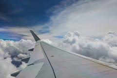 Flygplanvinge på blå himmel Royaltyfria Foton