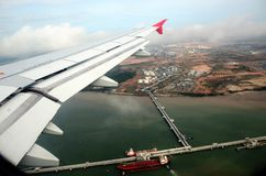 Flygplanvinge på havsflygbakgrunden Fotografering för Bildbyråer