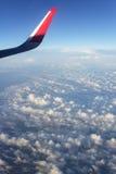 Flygplanvinge på molnig himmel Resor Fotografering för Bildbyråer