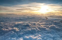 Flygplanvinge, sol och moln Royaltyfri Bild
