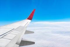 Flygplanvinge som flyger ovannämnda moln Royaltyfri Fotografi