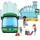 Flygplatsöverföring, kollektivtrafik som bilen och buss, lycklig familjmoder med ungekepp hans bagage för trans. Arkivfoto