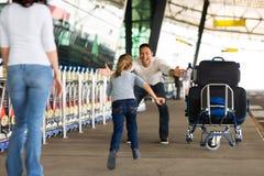 Flygplats för familjmöte royaltyfri foto