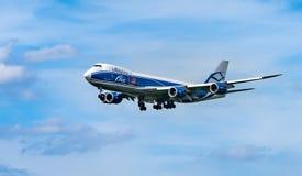 FLYGPLATS FRANKFURT, TYSKLAND: JUNI 23, 2017: Boeing 747-200F AirBri Royaltyfria Foton
