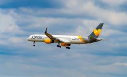 FLYGPLATS FRANKFURT, TYSKLAND: JUNI 23, 2017: Boeing 757 Thomas Cook Arkivfoton