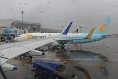 Flygplats i regn Arkivfoto