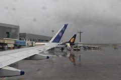Flygplats i regn Arkivbild