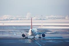 Flygplats i vinter arkivfoton