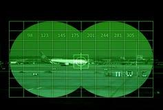 Flygplats med trafikflygplanet till och med nattvision arkivfoto