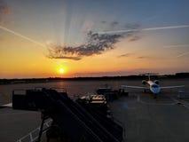 Flygplats och morgonhimmel royaltyfri bild
