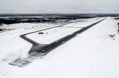Flygplats och vinterlandningsbana, sikt från en höjd till etttäckt landskap Arkivbild