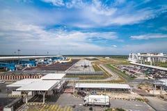 Flygplats på blå himmel arkivfoto