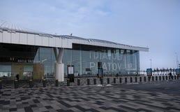 Flygplats Platov som byggs för den FIFA världscupen 2018 Vinter Passagerare förbereder sig för flyg arkivfoton
