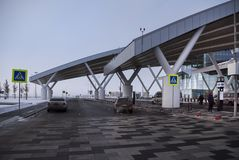 Flygplats Platov som byggs för den FIFA världscupen 2018 Vinter Passagerare förbereder sig för flyg Medel är att fortskrida royaltyfria bilder