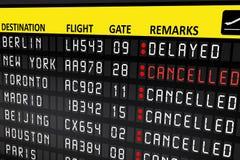 Flygplatsaffischtavlapanel med avbrutna flyg Arkivfoto