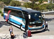 Flygplatsanslutningsbuss royaltyfri bild