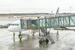 Flygplatsarbetare (besättning) förbereder sig för att landsätta passageraren Arkivfoto