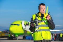 Flygplatsarbetare med det kraschade surret Arkivfoton