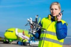 Flygplatsarbetare med det kraschade surret Royaltyfri Fotografi