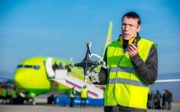 Flygplatsarbetare med det kraschade surret Arkivbilder