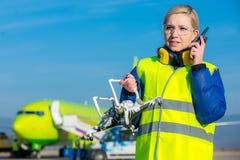 Flygplatsarbetare med det kraschade surret Fotografering för Bildbyråer