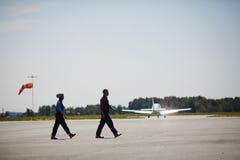Flygplatsarbetare på landningsbanafält Arkivbild