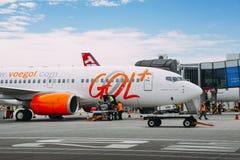 Flygplatsarbetare på Rio de Janeiro ` s Santos Dumont Airport väljer upp passagerare`-luggages från ett Gol trafikflygplanflygpla Royaltyfri Fotografi