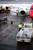 Flygplatsarbetare som får, hyvlar klart att ta av i tid Arkivbilder