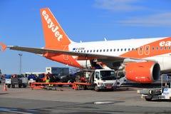 Flygplatsarbetare som laddar bagage till flygplanet Royaltyfria Foton