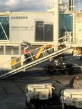 Flygplatsarbetare som upp går rampyttersida Arkivbilder