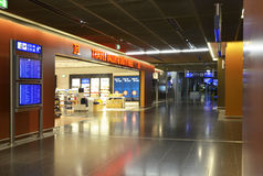 flygplatsarbetsuppgiftfrankfurt shoppar den fria strömförsörjningen Royaltyfri Bild