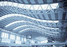 flygplatsarkitekturkorridor Royaltyfri Bild