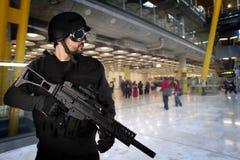 flygplatsattacker som försvarar terroristen Royaltyfri Foto