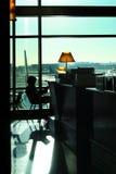 flygplatsavläsningskvinna royaltyfria foton