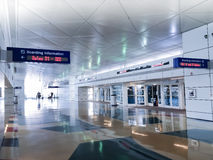 Flygplatsavvikelsepassagerare royaltyfri bild