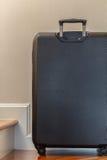 Flygplatsbagagebälte med rörande bagage i skarpa färger Royaltyfri Bild