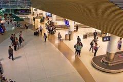 Flygplatsbagagereklamation på natten royaltyfri bild