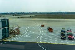 Flygplatsbagagevagnar royaltyfri bild